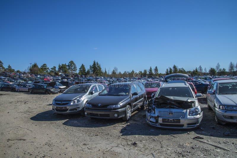 Automobili del relitto su un'iarda del residuo immagine stock libera da diritti