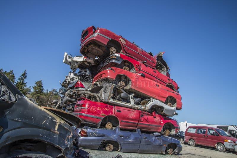 Automobili del relitto su un'iarda del residuo fotografia stock
