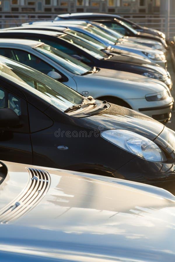 Automobili di parcheggio in una fila fotografia stock