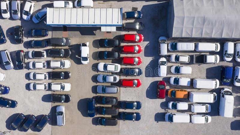 Automobili di vista aerea da vendere la fila del lotto delle azione, inventario di commerciante dell'automobile, parcheggio immagini stock libere da diritti