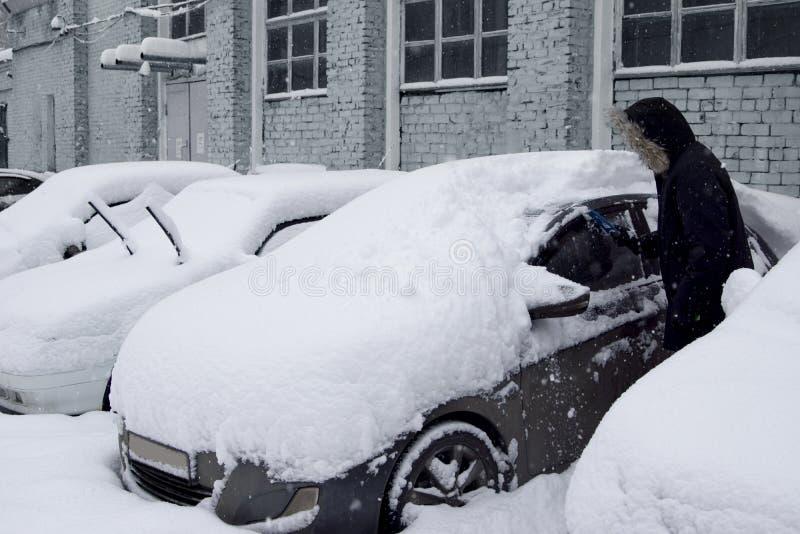 Automobili dopo precipitazioni nevose fotografia stock libera da diritti