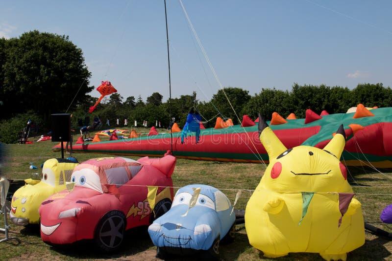 Automobili e aquiloni del pokemon al festival dell'aquilone al geeste Germania del mare di stoccaggio fotografie stock