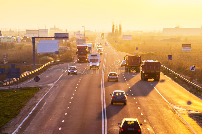 Automobili e camion ad alba fotografia stock libera da diritti