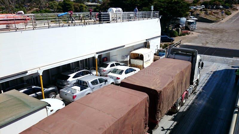 Automobili e camion su un traghetto fotografia stock libera da diritti