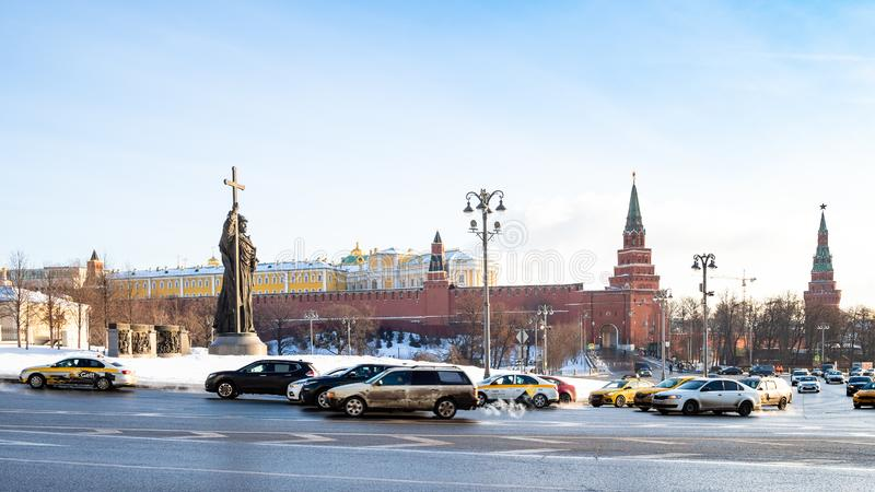 Automobili e vista del monumento a Vladimir le grande fotografia stock