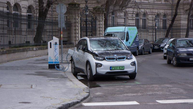 Automobili elettriche moderne di carico sulla stazione della via a Budapest immagini stock
