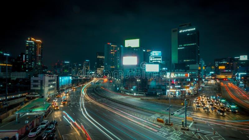 Automobili lunghe delle costruzioni di esposizione delle vie di Seoul fotografia stock libera da diritti