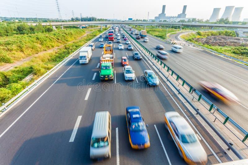Automobili nel mosso sulla strada principale, Pechino Cina immagini stock libere da diritti
