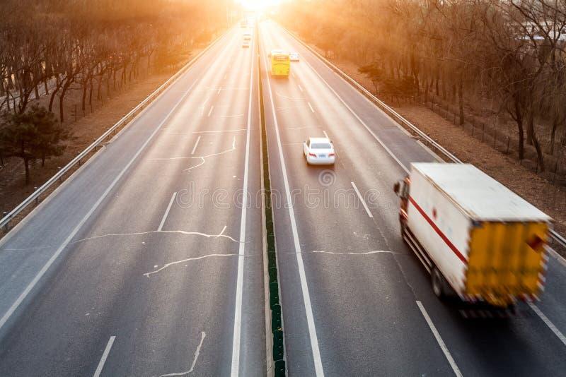 Automobili nel mosso sulla via fotografie stock libere da diritti