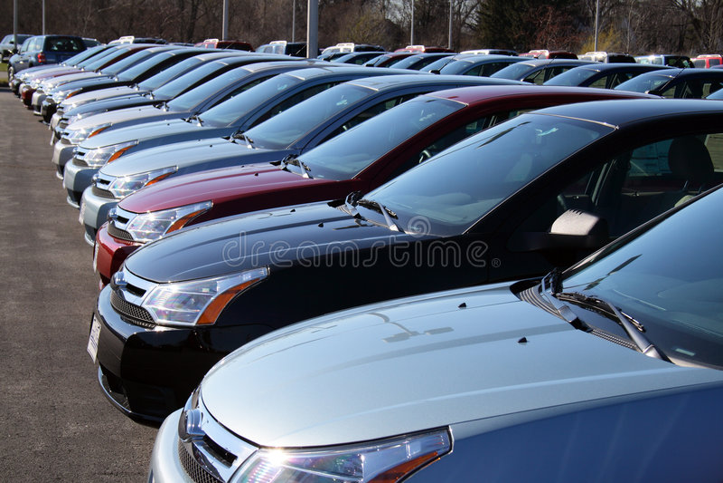 Automobili nel nuovo lotto dell'automobile fotografia stock
