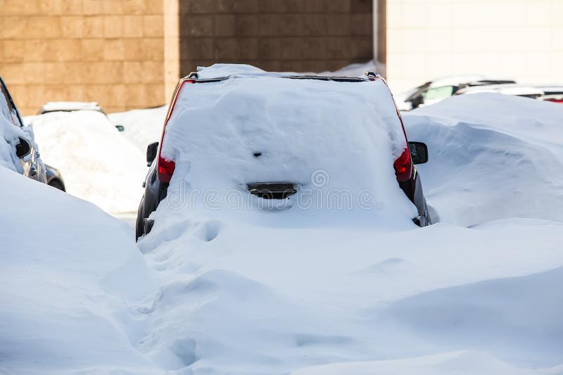 Automobili nel parcheggio nell'inverno immagine stock