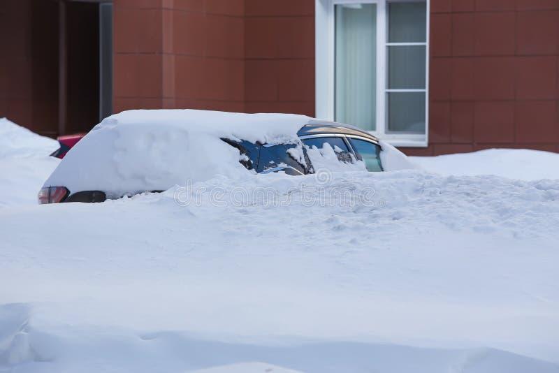 Automobili nel parcheggio nell'inverno immagine stock libera da diritti