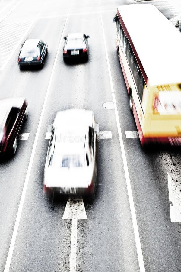 Automobili nella sfuocatura di movimento fotografia stock