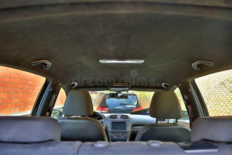 Automobili parcheggiate a casa Vista dall'interno dell'automobile Interno di un'automobile moderna con il soffitto nero di alcant fotografie stock