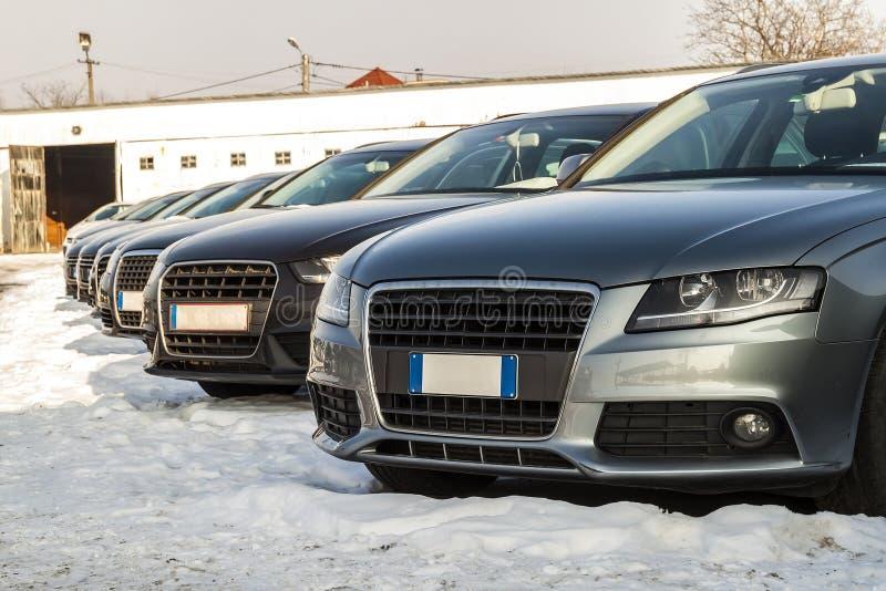 Automobili parcheggiate sopra molto Fila di nuove automobili sul parcheggio del commerciante di automobile fotografie stock