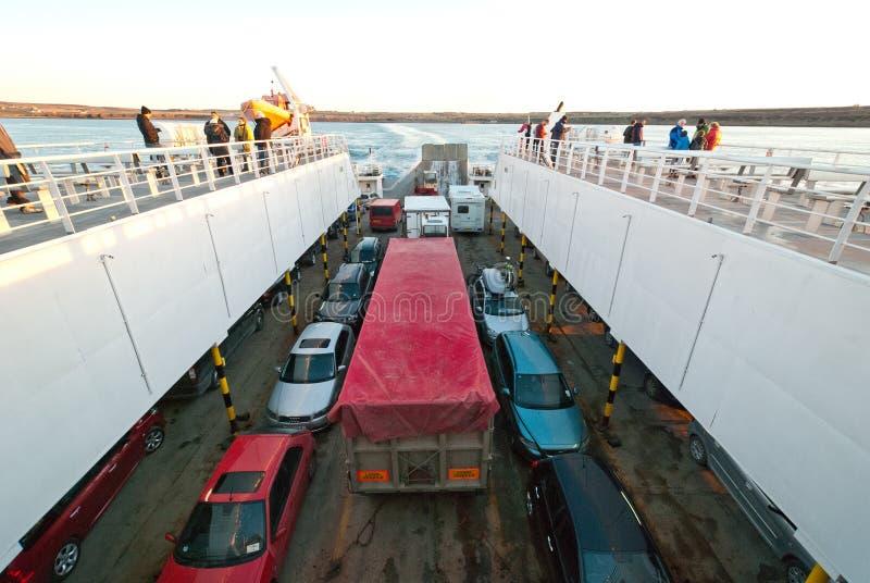 Automobili su un traghetto immagini stock libere da diritti