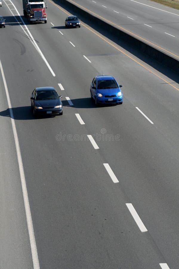Automobili sull'autostrada senza pedaggio fotografia stock libera da diritti