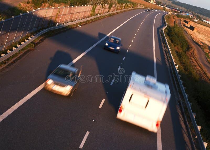 Automobili sulla strada fotografie stock libere da diritti