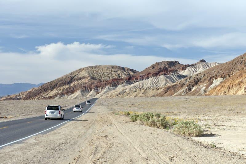 Automobili sulla strada in Death Valley fotografia stock libera da diritti