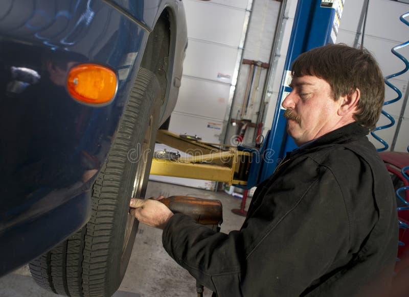 Automobilowy technik Używa Pneumatyczną wpływu wyrwania Auto naprawę zdjęcie stock