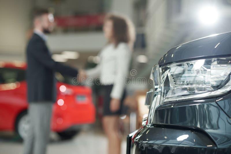 Automobilscheinwerfer, -manager und -kunde, die Hände rütteln stockfotos