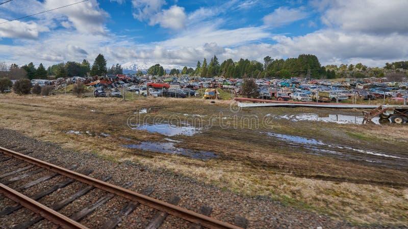 Automobilschrottplatz neben einer Eisenbahnlinie lizenzfreie stockbilder