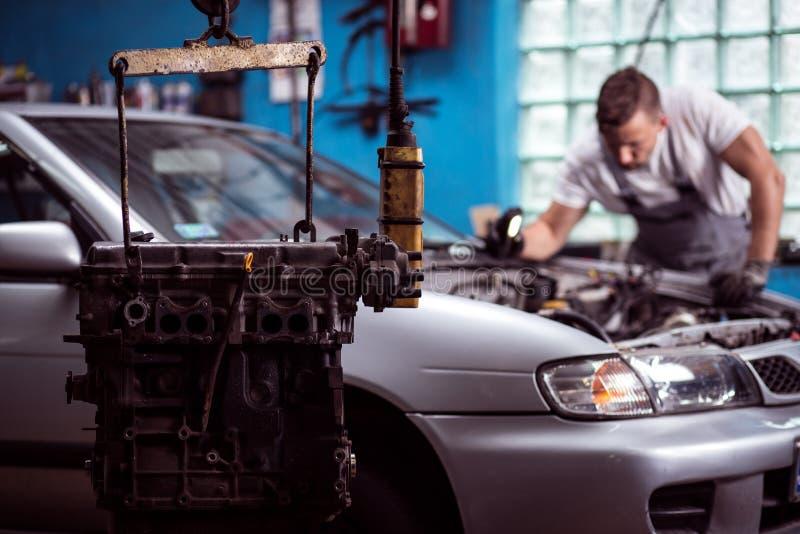 Automotor, der in der Garage hängt stockfotografie