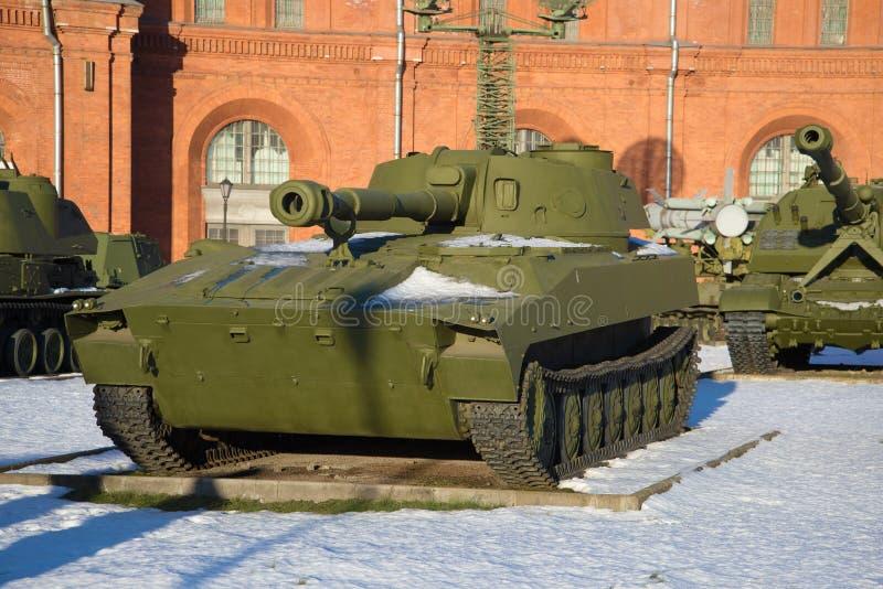 ` Automotor do cravo do ` da unidade de artilharia 2S1 Dia ensolarado de janeiro St Petersburg imagem de stock royalty free