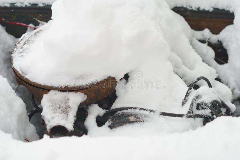 Automotor unter Schnee lizenzfreie stockfotografie