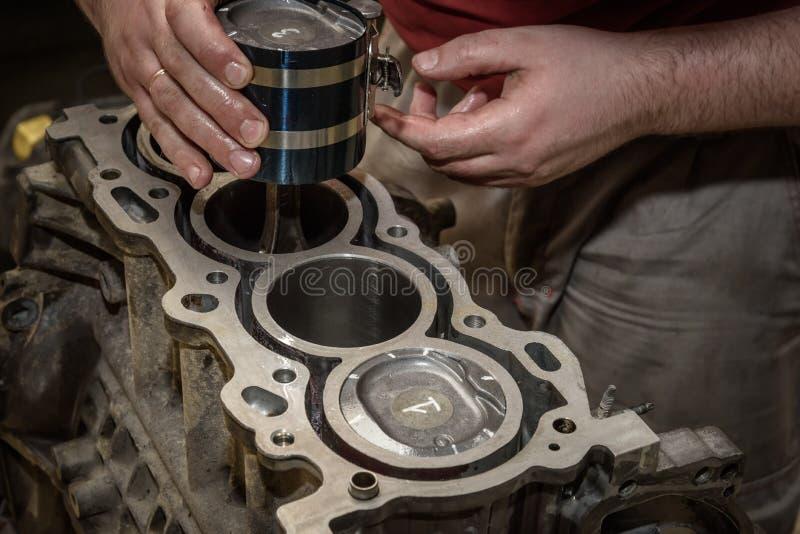Automotorreparatur in der Werkstatt stockbilder