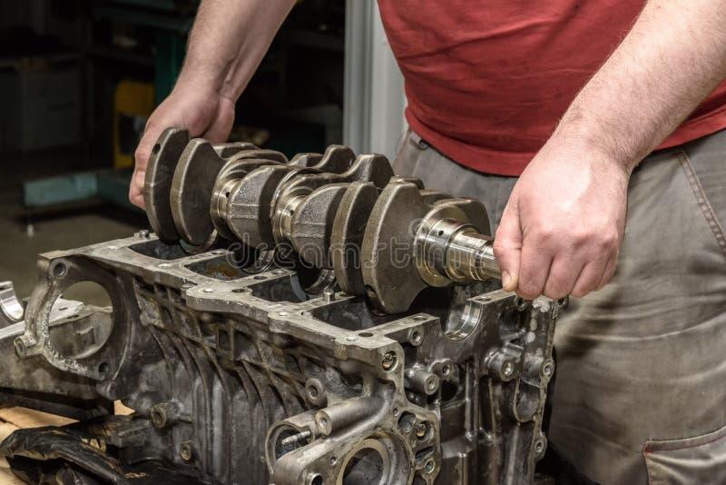 Automotorreparatur in der Werkstatt lizenzfreie stockbilder