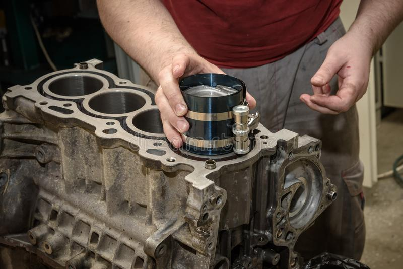Automotorreparatur in der Werkstatt stockfotos