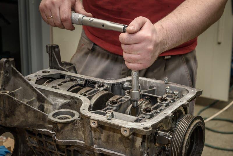 Automotorreparatur in der Werkstatt lizenzfreie stockfotos