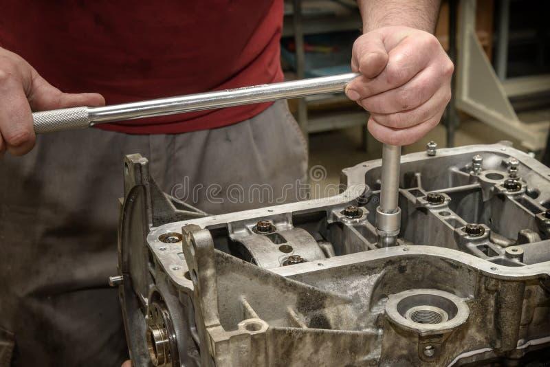 Automotorreparatur in der Werkstatt stockbild