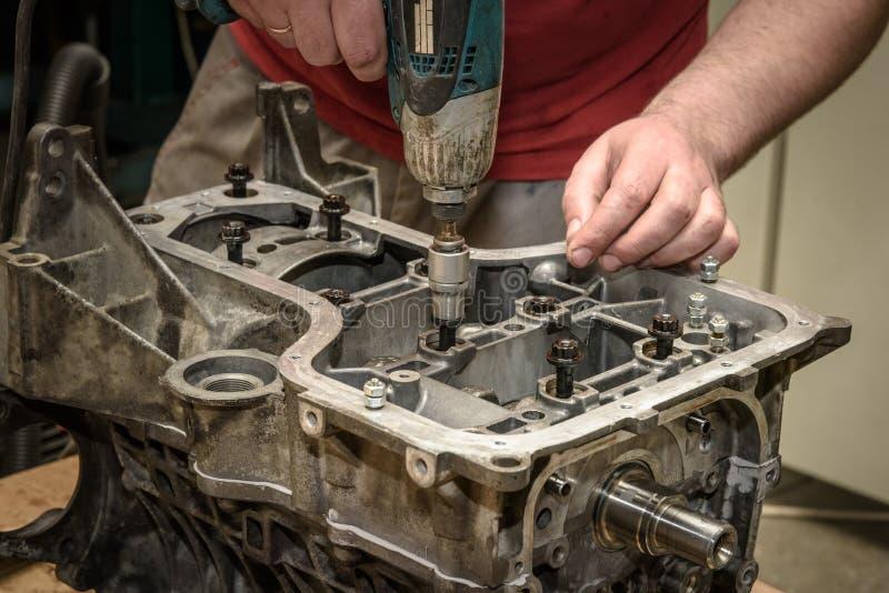 Automotorreparatur in der Werkstatt stockfotografie