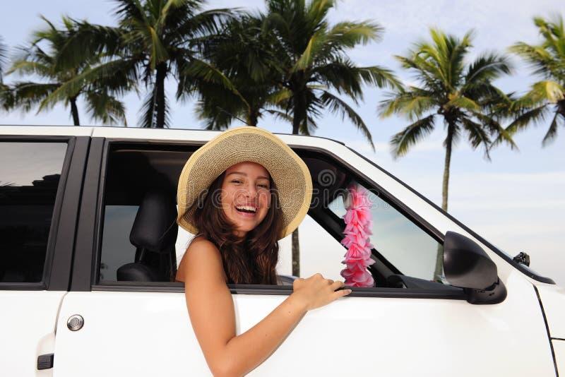 Autonoleggio: donna felice in sua automobile vicino alla spiaggia fotografia stock libera da diritti
