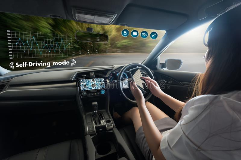 autonome drijfauto en het digitale beeld van de snelheidsmetertechnologie royalty-vrije stock afbeelding