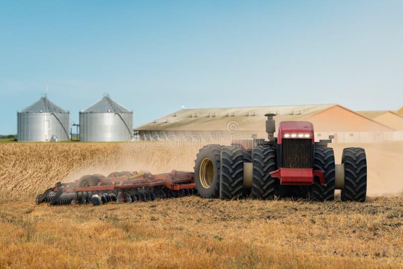 Autonome tractor op het gebied royalty-vrije stock foto's
