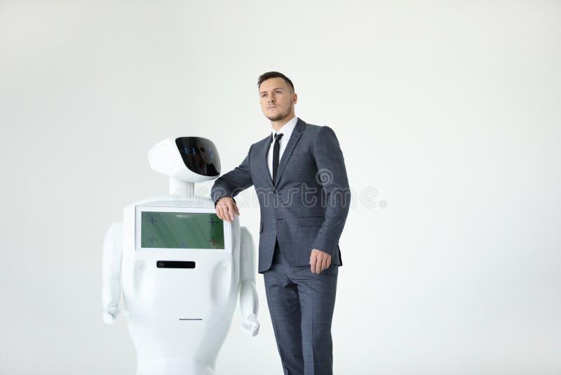 Autonomer Roboter des Humanoid mit stilvollem Mann in einer Klage Moderne Robotertechnologien Autonomer Roboter des Humanoid weiß stockfotos