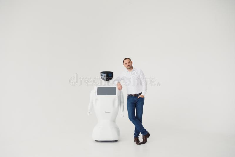 Autonomer Roboter des Humanoid mit stilvollem Mann in einer Klage Moderne Robotertechnologien Autonomer Roboter des Humanoid weiß stockbild