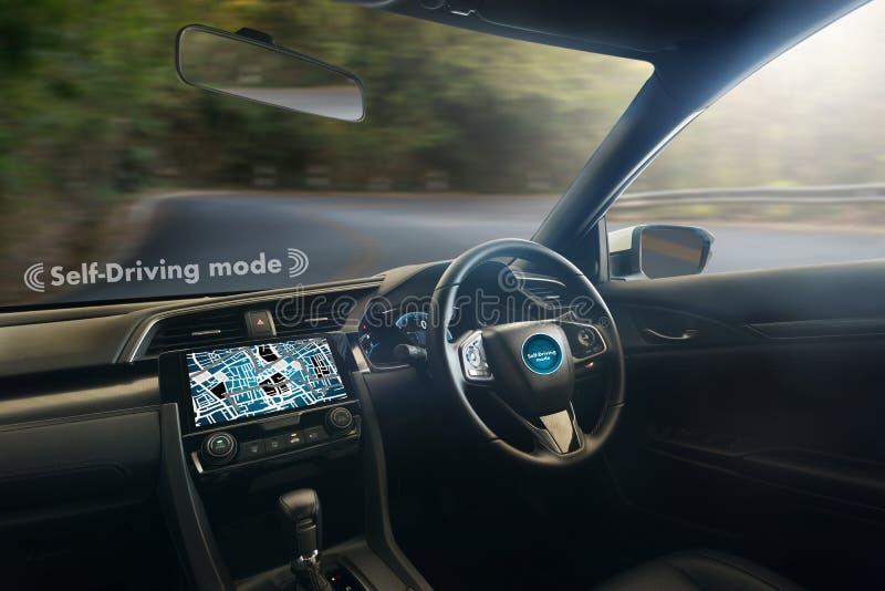 autonomes treibendes Auto und digitales Geschwindigkeitsmessertechnologiebild stockfoto