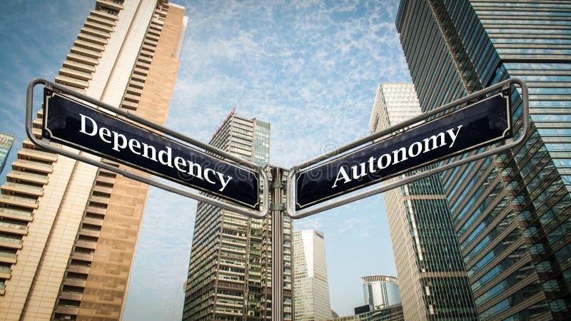 Autonomia del segnale stradale contro la dipendenza fotografia stock libera da diritti
