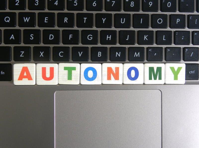 Autonomia di parola sul fondo della tastiera fotografia stock
