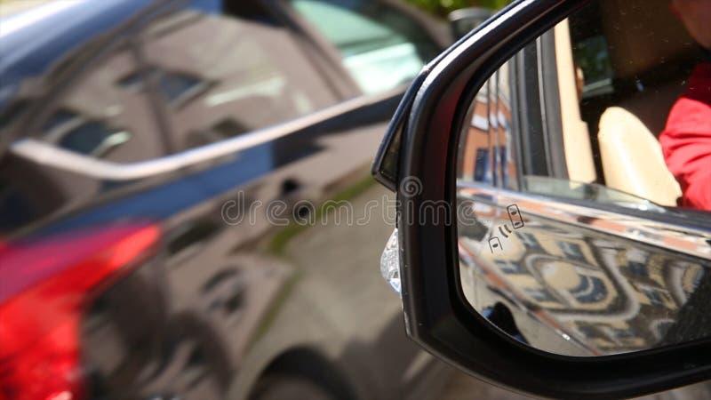 Autonomiczni samochody na drodze z widocznym związkiem Niewidomego punktu systemu monitorującego ostrzegawczego światła ikona w b obrazy royalty free