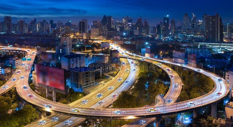 Autonomiczni samochody z automatycznym czujnika jeżdżeniem na mieście z bezprzewodowym związkiem obrazy royalty free