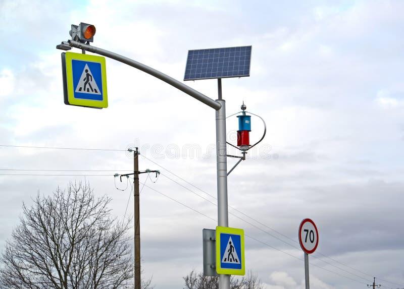 Autonoom systeem van pulsaanduiding op een zonne-energiebatterij en een windgenerator Crosswalk royalty-vrije stock afbeelding