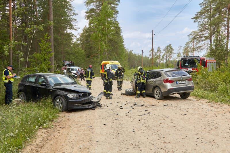 Autoongeval bij de landweg in het midden van bos in 20 Juni, 2019 Botsing tussen 2 BMW royalty-vrije stock afbeelding