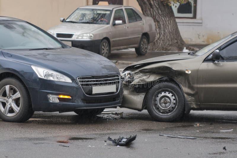 Autoongeval in de stad stock afbeeldingen