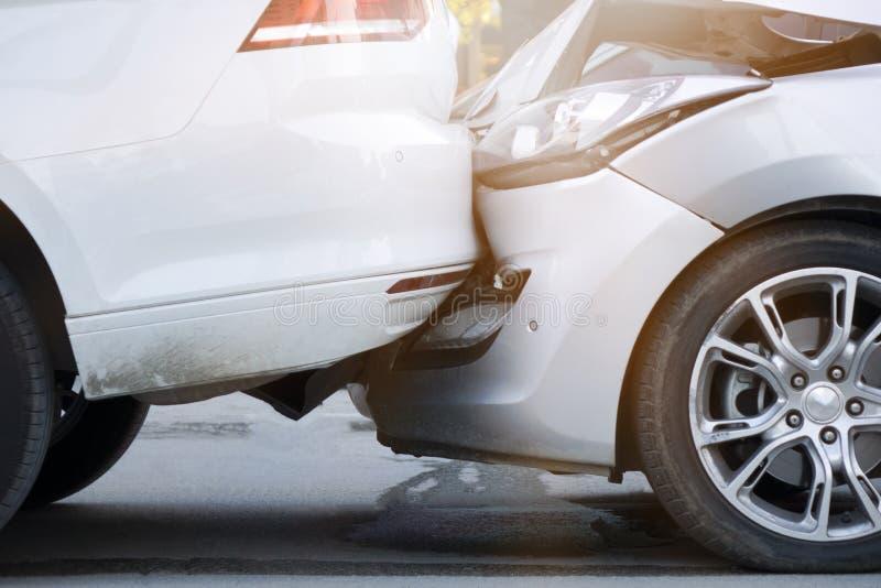 Autoongeval die twee auto's op een stadsstraat impliceren stock afbeeldingen