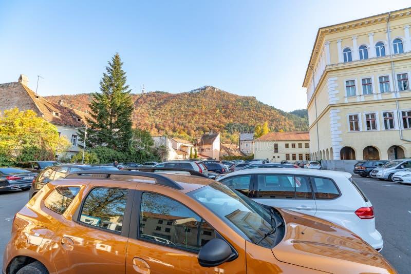 Autoparkeren in oude Brasov, Roemenië royalty-vrije stock fotografie